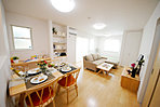 モデルハウス3号棟LDK。キッチンから部屋全体を見渡すことができ、家族の様子が一目で分かるのでママも安心の空間です。