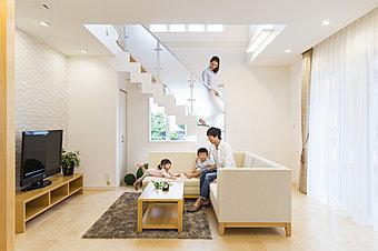 弊社施工モデルハウス。明るいリビングで家族の笑顔あふれる毎日を。全ての住まいで省エネ性能の最高等級を取得しています(断熱等性能等級4)