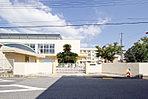 鳥羽小学校まで徒歩10分と近く、通学も安心。