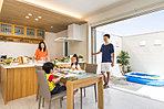 つながるテラス『つなテラ』は、解放的でありながらプライバシーを大事にした設計。夏にはお子様のプール遊びや友達家族とのBBQパーティーも。