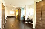 近くで公開中のモデルハウス。広々15帖の2F洋室は、お子様・ご家族の成長にあわせて1部屋~3部屋に変更することもできます。
