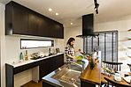 当社施行例。周囲をぐるっと回ることができて便利&スタイリッシュなアイランドキッチン。