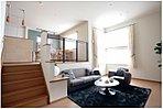 リビングルームは中2階、ダイニングルームとキッチンは2階。役割の異なる空間を異なる床高で明確に振り分けました。