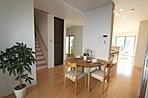 6号棟 明るい陽が差し込むリビング空間は床暖房を標準設置