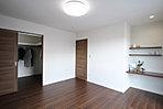 キッチン横には、食料品やキッチン用品等の収納に便利なパントリーを配置! 可動棚で使いやすい高さに調節できます (C-12)