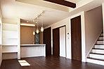 LDK併設の和室は、普段はお子様の遊び場や家事スペースとして、来客時は客間として使用できます (6次No.3)