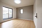 バルコニー付きの2階洋室は、アクセントクロスで落ち着いた空間を演出しています (2期5次No.1)