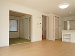 リビング・ダイニングはキッチンと合わせて約17.7帖  隣接する和室を開放すれば、さらに広々とした空間として使えます (No.3)