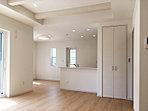 二面採光で明るいリビング・ダイニングは心地よい空間! お部屋を足元からそっと暖める床暖房付きです (No.8)