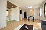 和室を含めリビング・ダイニング・キッチンがひとつの空間につながる開放感あるオープンプラン (No.7)