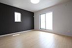 アクセントクロスが印象的な2階洋室は3帖のウォークインクローゼット付きなので、居室スペースを広々お使いいただけます (No.7)