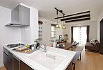 導線がスムーズなアイランド型のキッチンは、食器洗浄乾燥機・浄水器内蔵型水栓・ガラストップコンロなどを備えた充実仕様です (No.36)