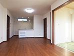 リビング・ダイニングはキッチンと合わせて約16帖! 隣接する和室を開放すれば、さらに広々とした空間として使えます (No.4)