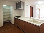 キッチン横には、食料品やキッチン用品等の収納スペースを配置! 可動棚で使いやすい高さに調節できます (No.4)