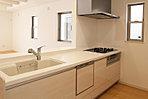 食器洗浄乾燥機、浄水器内蔵型水栓、ガラストップコンロなどを備えた充実仕様のキッチン (No.5)