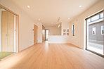 南に面した明るいLDK17.2帖は、お部屋を足元からそっと暖める床暖房付きです (No.5)
