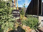 建物とコーディネートされた外構・植栽は、雑貨屋さんとのコラボレーションです (No.15)