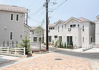 個性的なアクセントクロスが彩るカリフォルニアスタイルモデルハウス(16号棟)