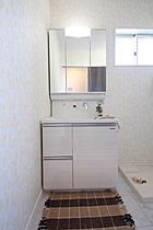 洗面化粧台は三面鏡タイプです。