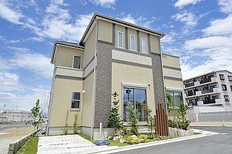 敷地平均32坪の広さを活かし、ゆったりとしたガレージスペースを確保。植栽の緑が美しい堂々とした外観。(建築施工例)