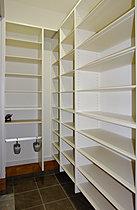 洗面所にも棚をもうけており、タオル類の収納に大助かり