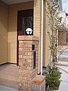 門柱は、レンガを積み植栽が入りとても建物がひきたちます。