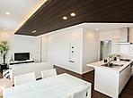 機能性とインテリア性を備えたキッチン。食洗機・浄水器内蔵ハンドシャワー水栓付き。(2-12号棟)