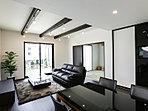 南に広く面したLDKはふんだんな陽光がそそぎます。ランニングコストもお得な床暖房付き。(1号棟)