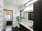 デザイン性と機能性に溢れる明るい洗面室。(1号棟)
