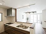 機能性とインテリア性を備えたキッチン。食洗機・浄水器内蔵ハンドシャワー水栓付き。(1号棟)