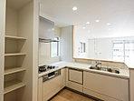 機能性とインテリア性を備えたL字型キッチン。食洗機・浄水器内蔵ハンドシャワー水栓付き。