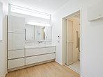 忙しい朝も家族でゆったりと使うことができる広い洗面室。大容量の収納も完備しています。