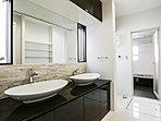 洗面台は便利な2ボウル。朝の忙しい時間もスムーズに支度ができます。