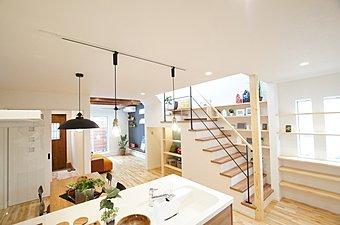 家族のふれあいを高める2階リビングのあるモデルハウス。高い天井が開放感と広々のゆとり空間を生みだします。