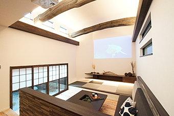 古材の梁が印象的な高天井に、ぬくもり溢れる和モダンリビング。