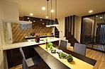 キッチン横にはパントリーやシェルフを設置し収納も抜群!