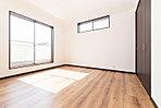 南向きのワイドバルコニーに面した8帖の明るい主寝室。