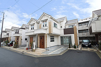 高井田駅から徒歩6分の便利な立地にある分譲地です。開発道路も4.7mで車の出し入れも楽チンです。ぜひ快適な街並みを体感してみてください!【現地街並み】現在こだわりの邸も建設中です!ぜひごらんください!