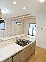 アイボリーで統一された落ち着いたキッチン!食洗機から大きなカップボードまで完備!【現地モデルハウス】
