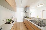 キッチンも広々として使いやすい。大型のカップボードも標準設備なのでお皿の多い人でも安心です。