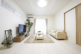 白で統一された明るいリビング【当社施工例】