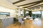 キッチンと一体感をもったダイニングスペースは、家族が集まりコミュニケーションを図る空間