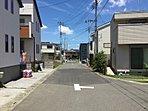 分譲住宅前面道路の様子 区画整理により整備された6.0m道路。区画整理地特有のゆったりとした街並みが広がります。