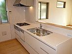 1号棟 キッチン 3口ガスコンロ・食洗機付。お子様とご一緒にお料理をお楽しみください。