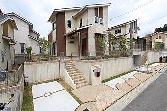街のメイン通り、「エントランスロード」に続く統一された街並み。緑豊かな環境に、落ち着きのある外観で統一した街並みが印象的な住宅地です。