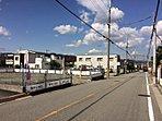 前面道路もすっきりとしたゆとりの街並みにある「ダイドータウン宝塚・野上」