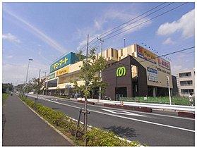 大型スーパー、マミーマート飯山満駅前店まで880m。