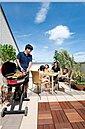 屋上イメージ写真。家族や友人とのバーベキュー、子供のプール遊び、夜空の天体観察、安らぎの一服など使い方は様々。生活にゆとりが生まれますね。
