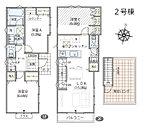 2号棟間取り。1階に2部屋と洗面室、浴室。2階にLDKと洗面化粧台、南面前面バルコニーと1部屋。LDから上がる階段で屋上(青空リビング)へ。生活のイメージが湧いてきますか?