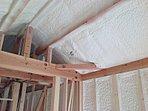 桧家住宅の断熱技術「Wバリア工法」(1)。屋根面、外周りの壁全面、基礎外周立ち上がり面に現場発泡断熱材を充填。基礎断熱になっているので冬の底冷えを抑えます。屋根断熱ですから夏の2階の暑さを低減します。